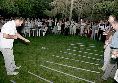 O majiteľoch cien v tombole na akcii spoločnosti Beset rozhodli myšacie preteky. Rúrky na travniku sú pretekárske drahy športových myší. 29.5.2008