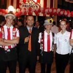 S personálom počas slávnostného otvorenia reštaurácie Friday´s...