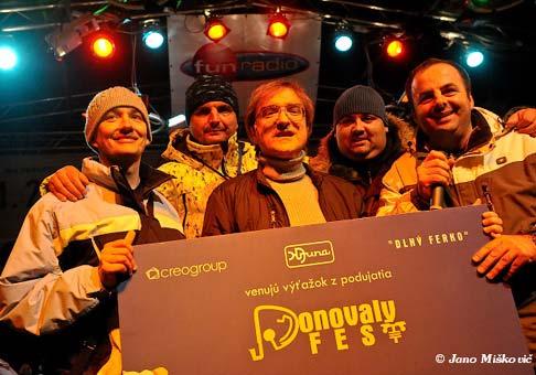 Meky Žbirka za prítomnosti organizátorov Donovalyfestu 2009 odovzdal šek s výťažkom z festivalu primárovi Pavlovi Bicianovi z detského onkologického oddelenia v Banskej Bystrici. 31.1.2009
