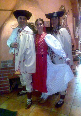 Na Šachtičkách si ma spoločnosť ING pozvala na akciu pre klientov s nazvom Jánošíkova snehovica. Na foto so mnou Juraj Jánošík (pravým menom) s priateľkou Aďou z folklórneho súboru Sľuk. 7.2.2008.