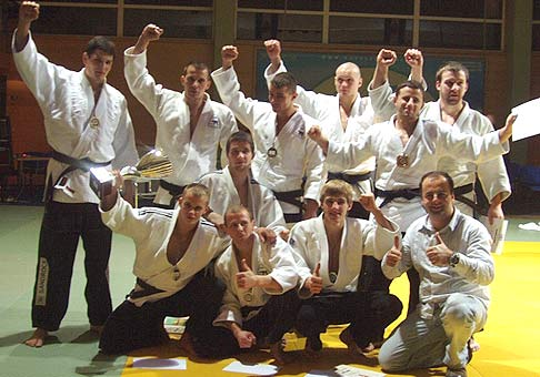 1.12.2007 Moderovať finále slovenskej národnej ligy v jude bola veľmi zaujimavá skúsenosť. Na foto som s 1. Judo Club Pezinok, majstri SR 2007.