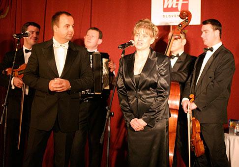 Oslava 60.výročia založenia vydavateľstva Mladá Fronta v Casino Cafe Reduta 7.decembra 2005. V popredi manažérka vydavateľstva MF Slovensko Ing.Ingrid Rievajova. V pozadí hudobná skupina Kuštárovci.