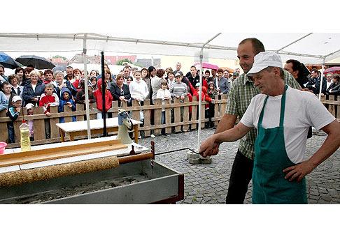 Na Trdlofeste v Skalici bol minuloročný rekord v pečení najdlhšieho trdelníka opäť prekonaný. Tentokrát je trdelník dlhý 175 cm. Skalica 16.5.2009.